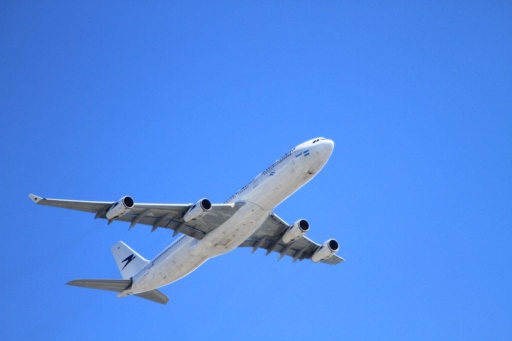 flugzeug-blauer-himmel-reisen